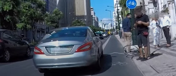 ciclista leva com porta na ciclovia